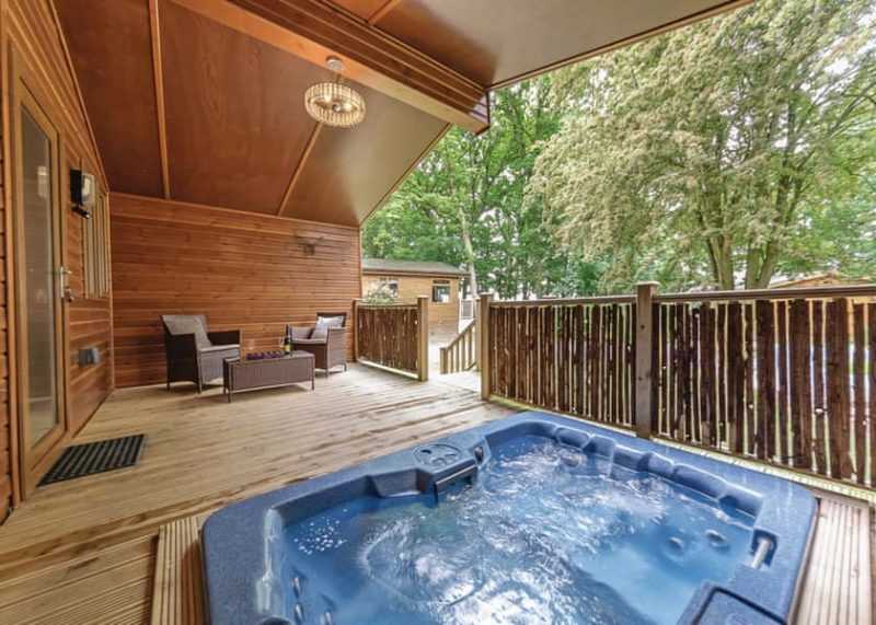 lodges with hot tubs cotswolds