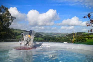 lodges with hot tubs south wales