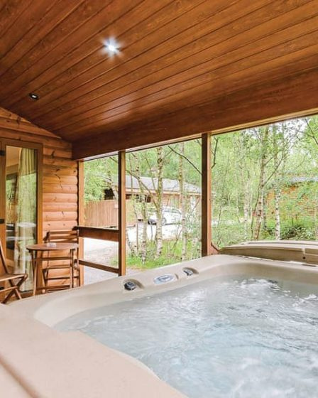 lodges with hot tubs near alton towers