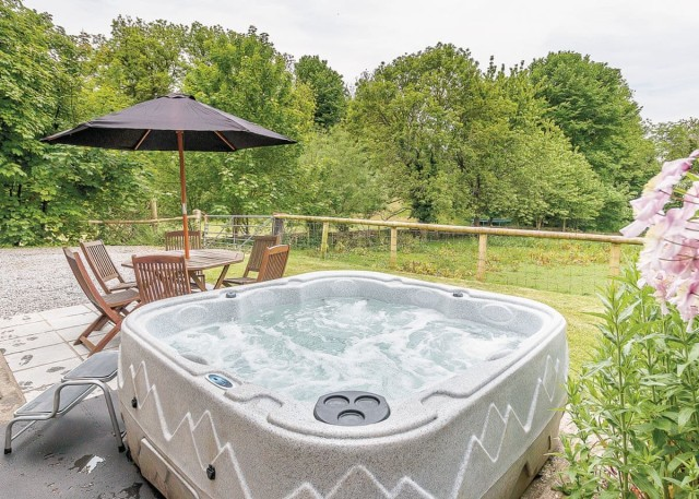 log cabins and lodges with hot tubs in tenby
